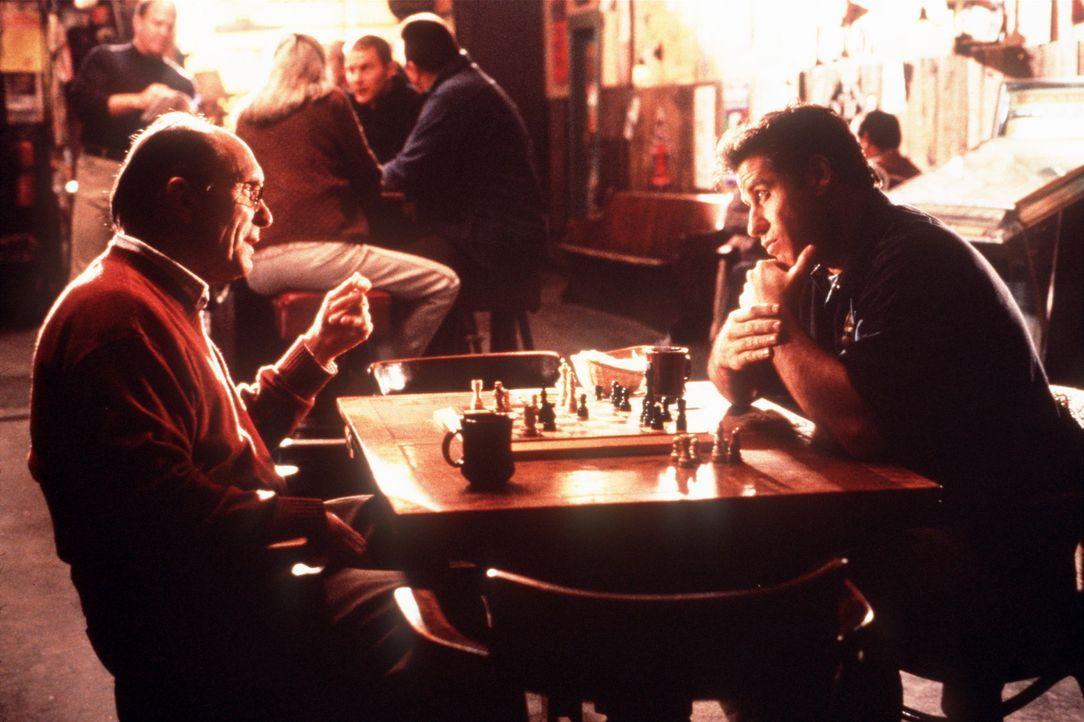 Auch im Schachspiel ist George Malley (John Travolta, r.), nachdem er von einem Blitz getroffen wurde, unschlagbar. Das muss Doc (Robert Duvall, l.)... - Bildquelle: Buena Vista Pictures