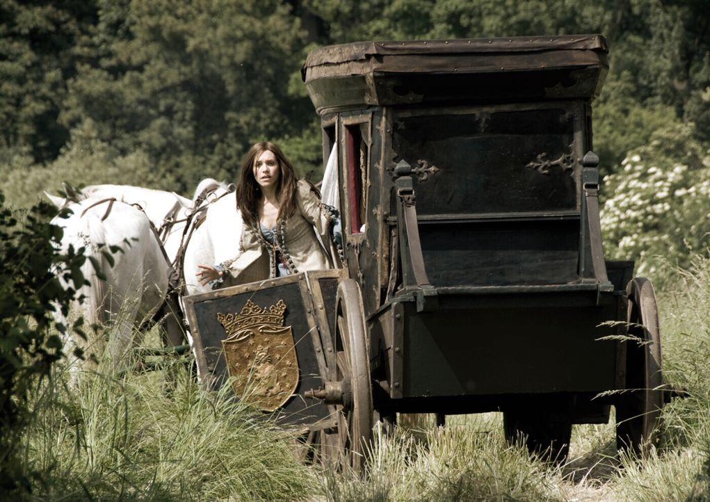 Graf Luipold Trumpf wirbt um die Prinzessin Herzelinde (Julia Dietze), doch die findet an dem halbseidenen Geschäftsmann keinerlei Gefallen. In sein... - Bildquelle: Warner Brothers