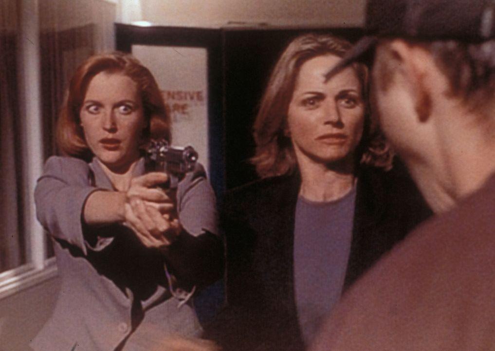Scully (Gillian Anderson, l.) versucht, Sharon Kiveat (Karen Witter, M.) vor Darin Oswald (Giovanni Ribisi, r.) zu beschützen, der sich in sie verli... - Bildquelle: TM +   2000 Twentieth Century Fox Film Corporation. All Rights Reserved.