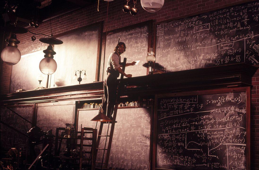 Tag und Nacht arbeitet der Wissenschaftler Alexander Hartdegen (Guy Pearce) an einer höchst komplizierten Formel ... - Bildquelle: Warner Bros. Pictures