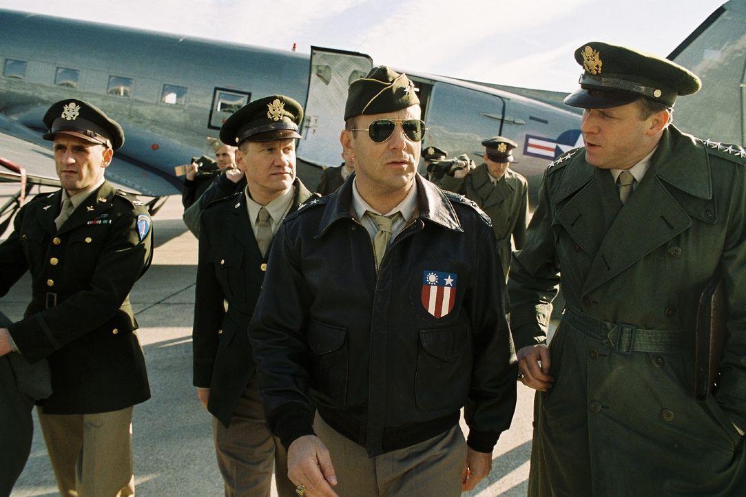 General Clay (Ulrich Tukur, r.) empfängt General Turner (Heino Ferch, 2.v.r.), der ihn bei der Umsetzung der Luftbrücke unterstützen soll. - Bildquelle: Stephan Rabold Sat.1
