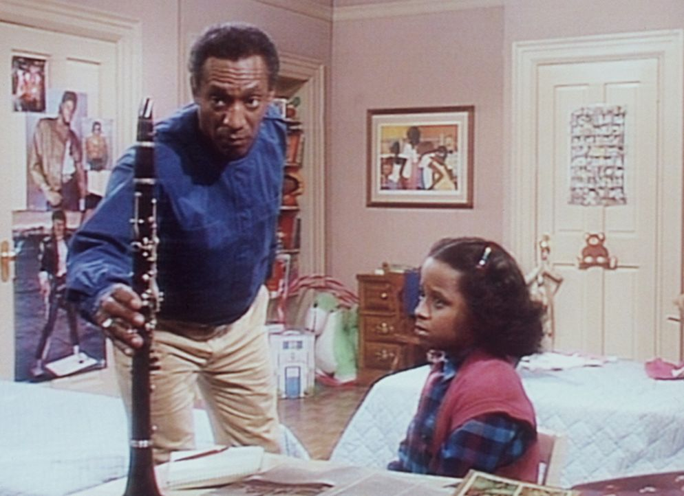 Cliff (Bill Cosby, l.) redet Vanessa (Tempsett Bledsoe, r.) zu, weiter Klarinette zu spielen. - Bildquelle: Viacom