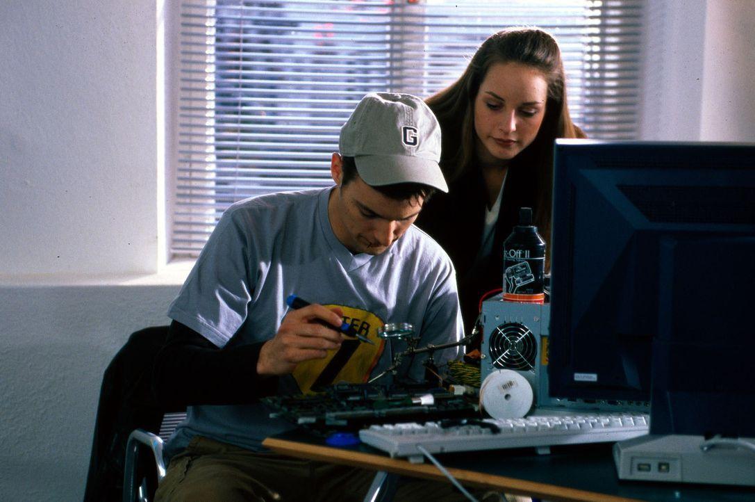 Flo (Florian Fitz, l.) wollte eigentlich nur seine Soundkarte in Connys Computergeschäft bezahlen. Doch der Inhaber ist tot im Internet-Café seiner... - Bildquelle: Magdalena Mate Sat.1