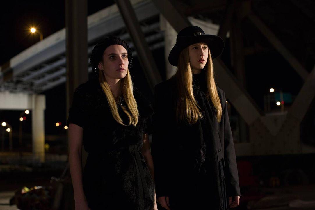 Zoe (Taissa Farmiga, r.) und Madison (Emma Roberts, l.) geben alles, um Fiona endlich loszuwerden ... - Bildquelle: 2013-2014 Fox and its related entities. All rights reserved.