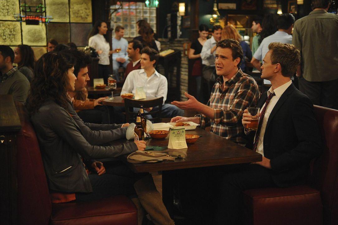 Robin (Cobie Smulders, l.) und Barney (Neil Patrick Harris, r.) mischen sich in Teds (Josh Radnor, 2.v.l.) Beziehung ein, während Marshall (Jason S... - Bildquelle: 20th Century Fox International Television