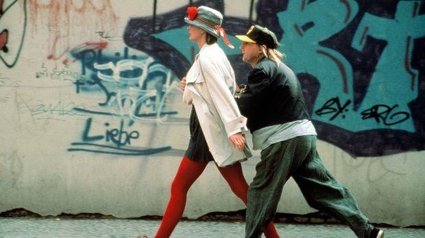 Otto (Otto Waalkes, r.) verliebt sich unsterblich in Tina (Jessika Cardinahl,...