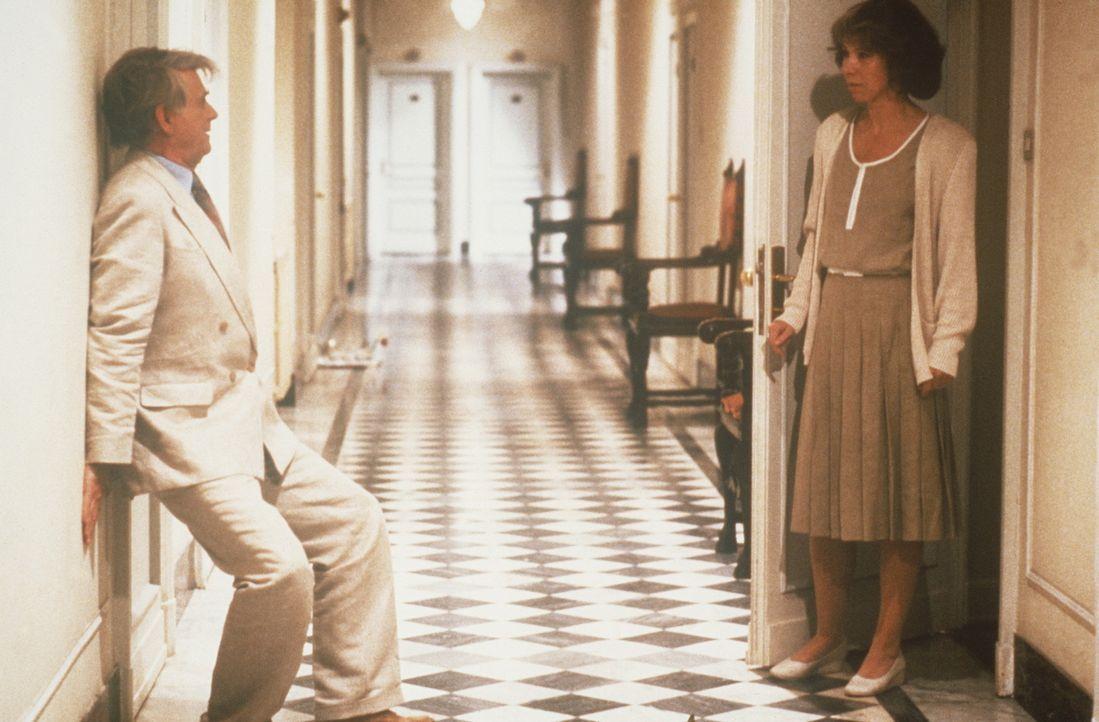 Die verklemmte Psychologin Margarethe (Evelyn Hamann, r.) und das Muttersöhnchen Paul (Loriot, l.) werden vor ihrer ersten gemeinsamen Nacht von Ä... - Bildquelle: Tobis Filmkunst