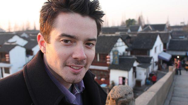 Moderator Oli Pettigrew ist mit Einheimischen in Shanghai unterwegs, die ihn...