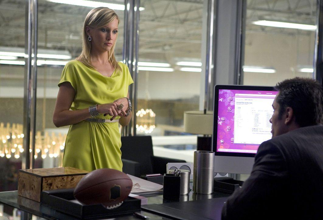 Leider zieht Ellas (Katie Cassidy, l.) Charme nicht immer und auch sie muss Calebs (Victor Webster, r.) unangenehme Aufgaben übernehmen - ob sie si... - Bildquelle: 2009 The CW Network, LLC. All rights reserved.