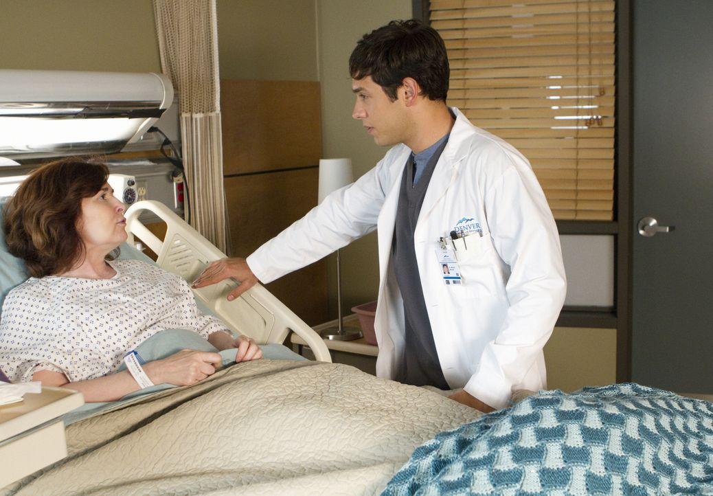 Micah (Michael Rady, r.) sorgt sich sehr um seine Mutter (Catherine Barroll, l.), die ihre erste Bestrahlung vor sich hat ... - Bildquelle: 2012 The CW Network, LLC. All rights reserved.