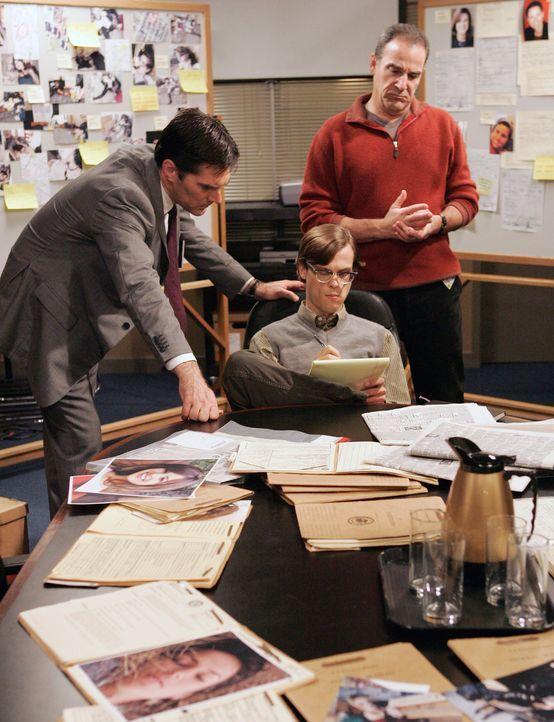 Suchen nach Hinweisen, damit sie den Mill Creek-Killer stellen können: Hotch (Thomas Gibson, l.), Reid (Matthew Gray Gubler, M.) und Gideon (Mandy P... - Bildquelle: Touchstone Television