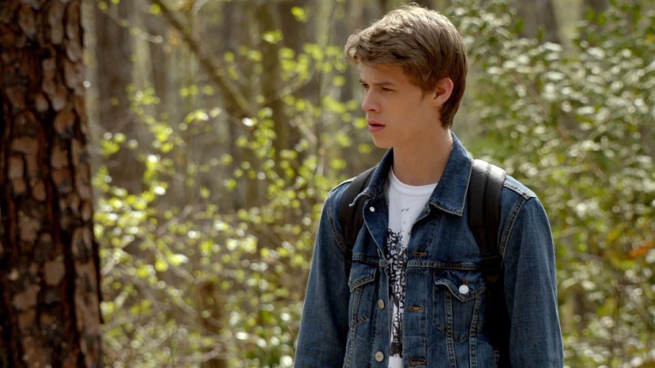 Verzweifelt versucht Joe (Colin Ford), die wahre Identität des mysteriösen Mädchens und ihre Vergangenheit herauszufinden ... - Bildquelle: 2014 CBS Broadcasting Inc. All Rights Reserved.