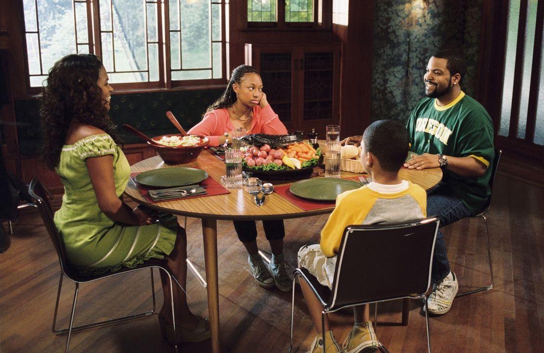 Nicht ahnend, was auf sie zukommt, gibt Suzanne (Nia Long, l.) schließlich dem Vorschlag Nicks (Ice Cube, r.) nach, das Haus eigenhändig zu renovi... - Bildquelle: 2007 Revolution Studios Distribution Company, LLC. All Rights Reserved.