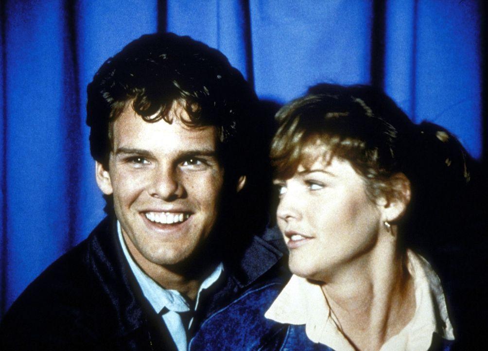 Gary (Patrick O'Bryan, l.) hat sich, dank Jonathans himmlischer Eingebung, in Alice (Lorie Griffin, r.) verliebt. - Bildquelle: Worldvision Enterprises, Inc.