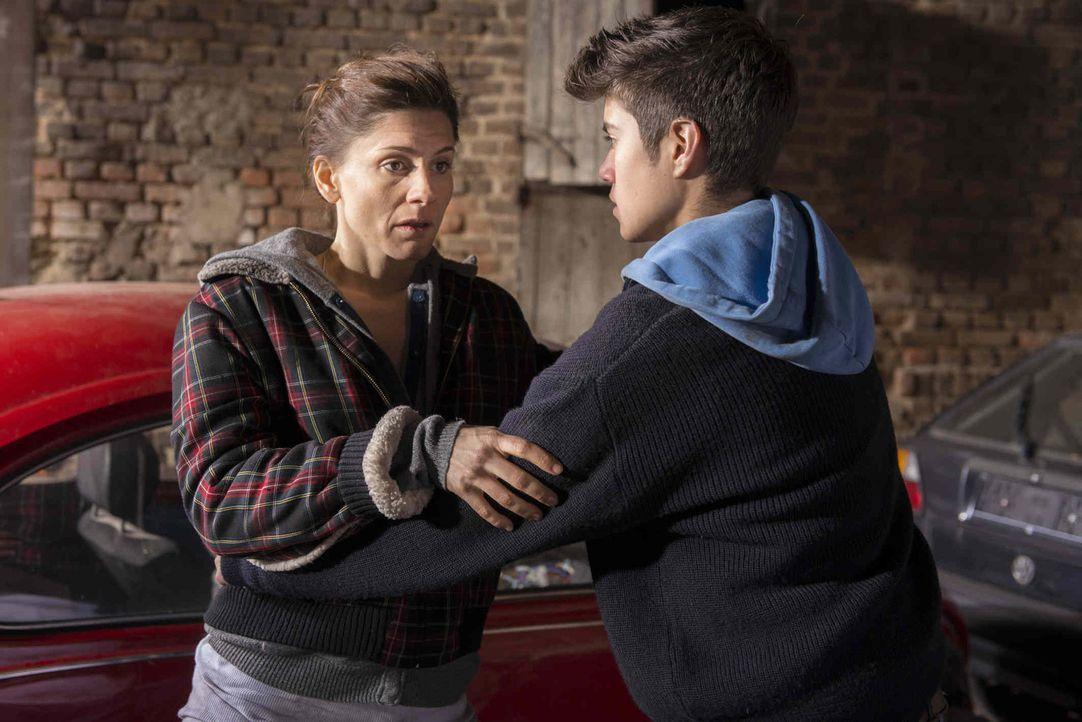 Wird von Mick schwanger, aber will das Kind nicht unbedingt: Astrid (Christina Hecke, l.) ... - Bildquelle: Martin Rottenkolber SAT.1