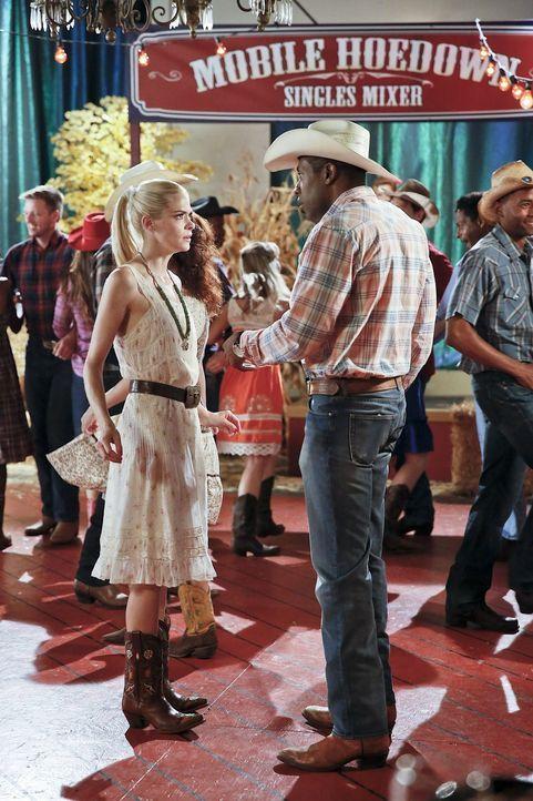 Ausgerechnet auf einer Single Party treffen Lavon (Cress Williams, l.) und Lemon (Jaime King, r.) aufeinander ... - Bildquelle: 2014 Warner Brothers