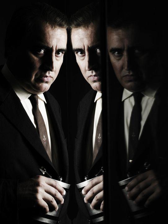 """1945: Der brillante CIA-Agent Harvey Torrit (Alfred Molina), Deckname """"The Sorcerer"""", ist auf der verzweifelten Suche nach einem Maulwurf ..."""
