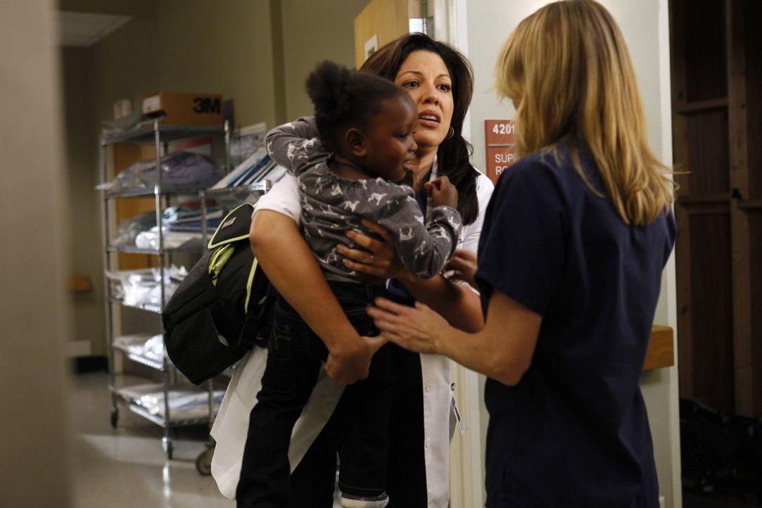 Während Meredith (Ellen Pompeo, r.) schwere Entscheidungen als Oberärztin treffen muss, kümmert sich Callie (Sara Ramirez, M.) um Zola ... - Bildquelle: ABC Studios