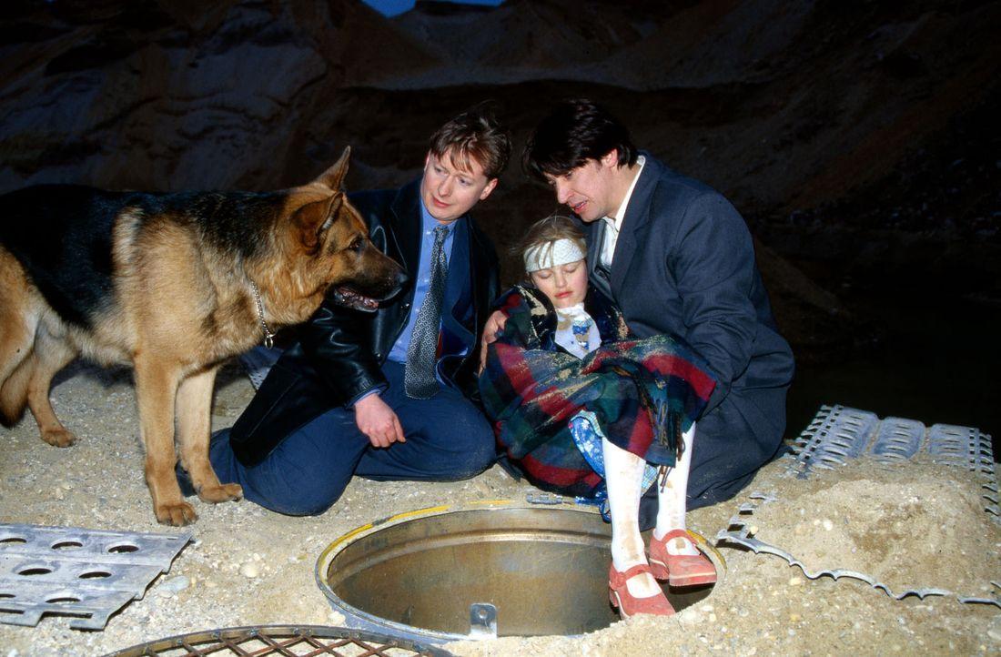 Rex, Moser (Tobias Moretti, r.) und Böck (Heinz Weixelbraun, l.) können die kleine Isabella (Cornelia Lauter, M.) in letzter Minute retten. - Bildquelle: Ali Schafler Sat.1