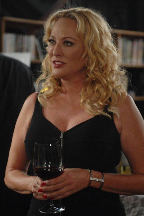Penelope (Virginia Madsen) ist auf der Suche nach einem Gegenstand, den Wendy angeblich von ihrem Vater gestohlen hat ... - Bildquelle: 2013 Lifetime Entertainment Services, LLC. All rights reserved.v
