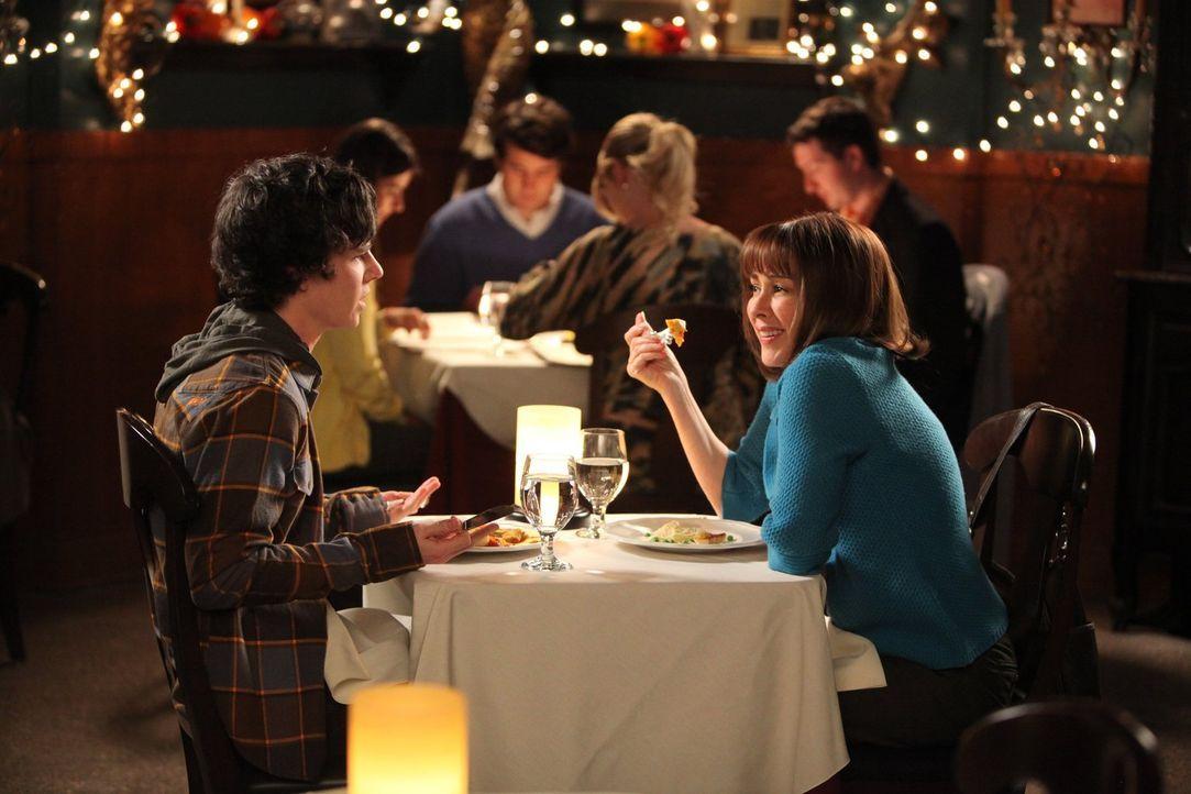 Sehr zur Freude von Frankie (Patricia Heaton, r.) führt ihr Sohn Axl (Charlie McDermott, l.) sie zum Essen aus ... - Bildquelle: Warner Brothers