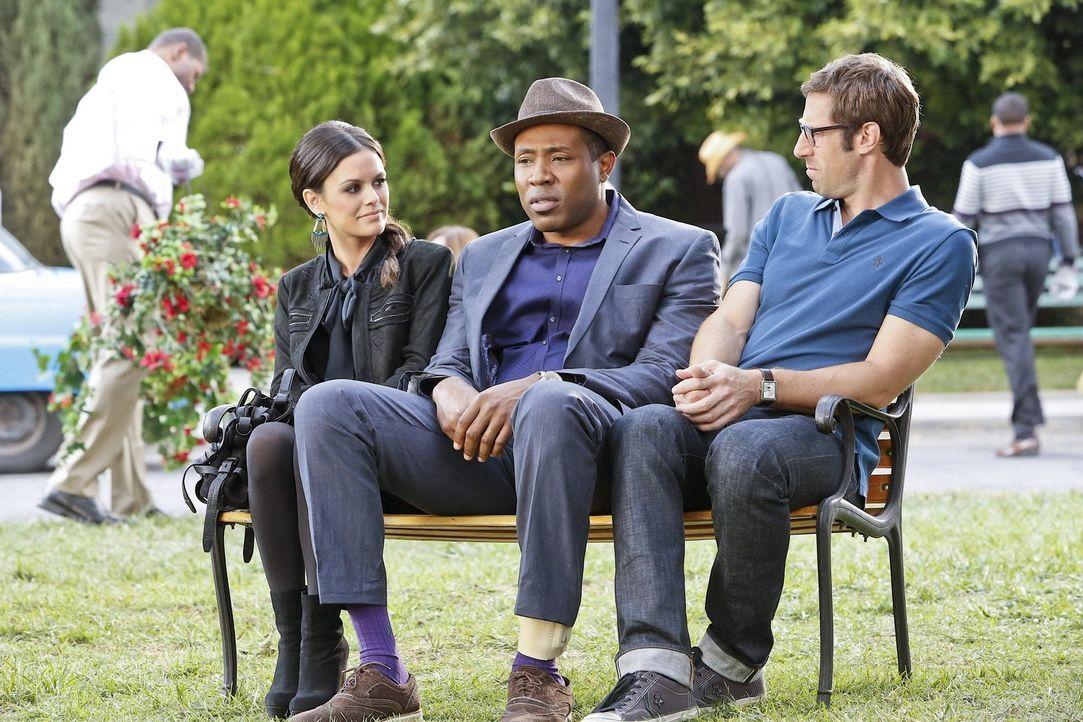 Lavon (Cress Williams, M.) drängt sich mit seinen Schwierigkeiten zwischen Zoe (Rachel Bilson, l.) und Joel (Josh Cooke, r.) ... - Bildquelle: Warner Brothers
