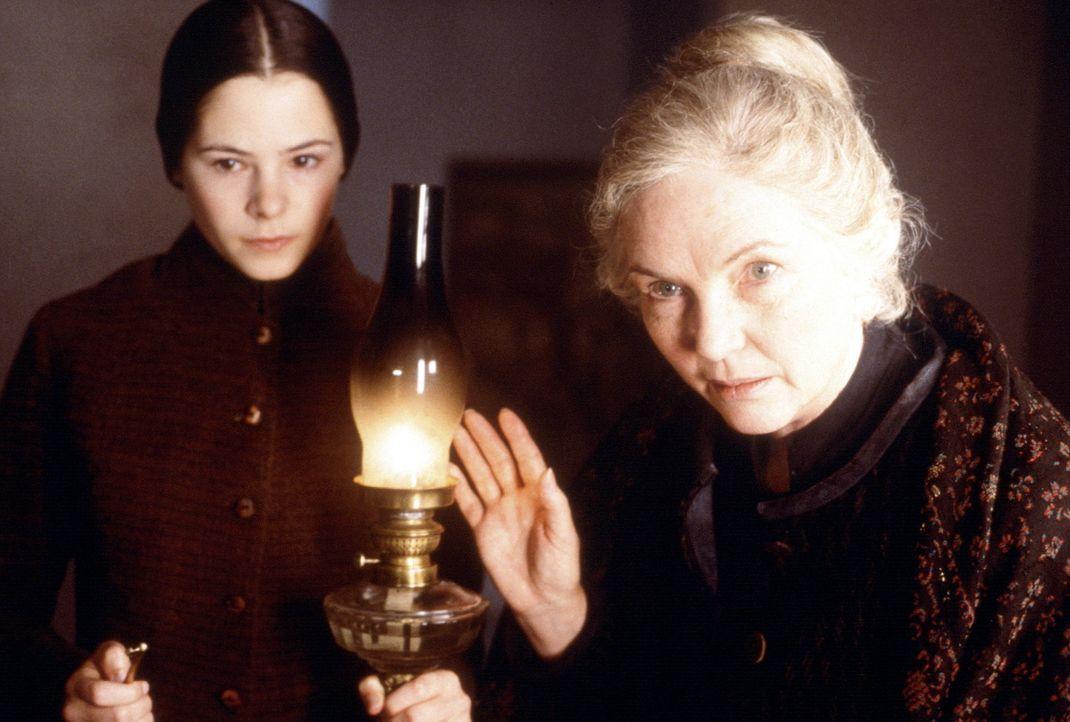 Nachdem die neuen Bediensteten im Haus aufgenommen wurden, erfährt Grace von Mrs. Mills (Fionnula Flanagan, r.), dass Lydia (Elaine Cassidy, l.) st... - Bildquelle: Miramax Films