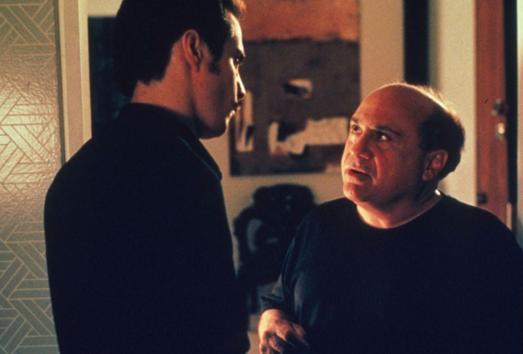Spielen ein doppeltes Spiel: Bergman (Danny DeVito, r.) und sein Assistent (Sam Rockwell, l.) ... - Bildquelle: Francise Productions