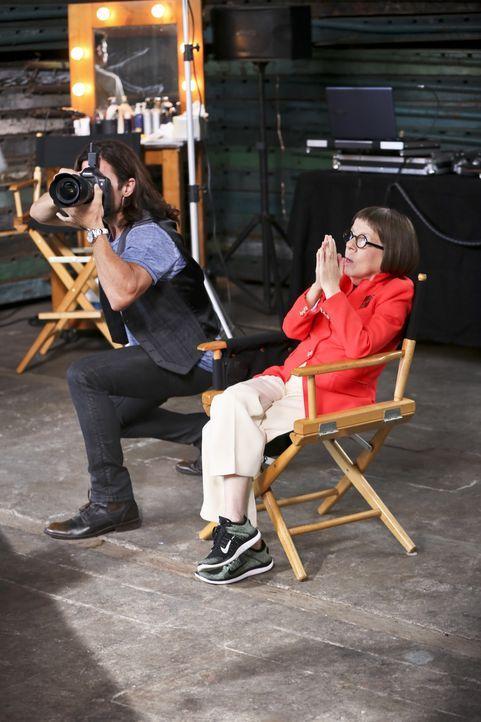 Gemeinsam mit ihrem Team versucht Hetty (Linda Hunt, r.), einen neuen Fall zu lösen ... - Bildquelle: Monty Brinton 2015 CBS Broadcasting, Inc. All Rights Reserved.