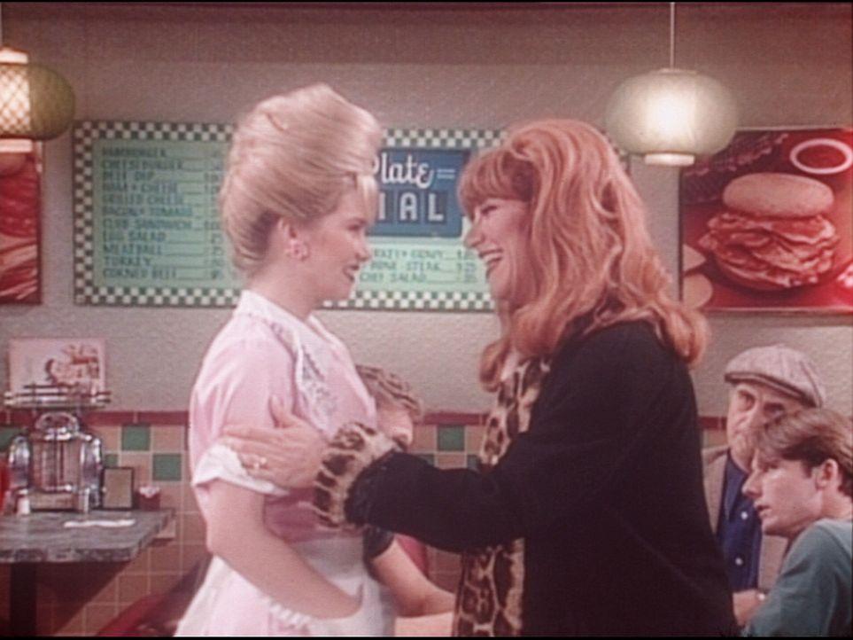 Peggy (Katey Sagal, r.) besucht Kelly (Christina Applegate, l.) an ihrem Arbeitsplatz. - Bildquelle: Columbia Pictures