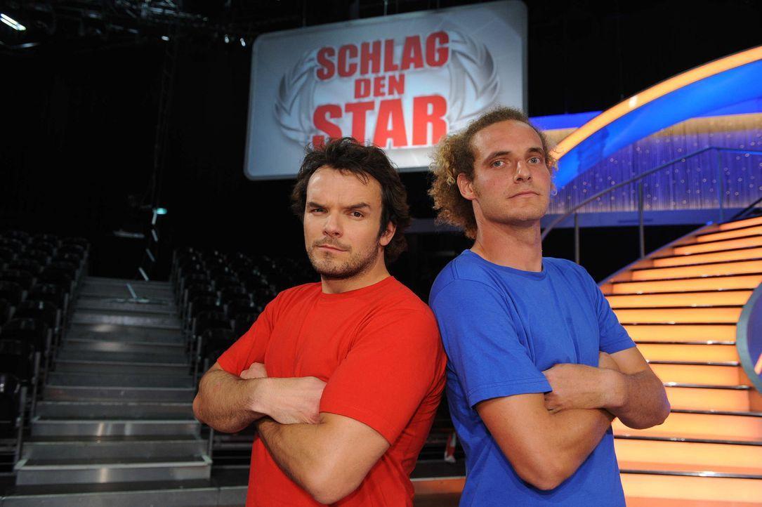 """TV-Koch Steffen Henssler (l.) stellt sich in """"Schlag den Star"""" im Duell aus bis zu neun Spielen seinem Herausforderer (r.) ... - Bildquelle: Willi Weber ProSieben"""