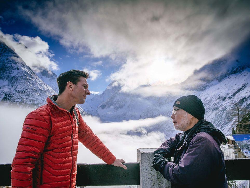 Bill Weir (l.) reist in die französischen Alpen. Mit einheimischen Bergführern und Umweltschützern wandert er zwischen eisigen Gipfeln, Schneefelder... - Bildquelle: Philip Bloom 2015 Cable News Network. A Time Warner Company. All Rights Reserved.