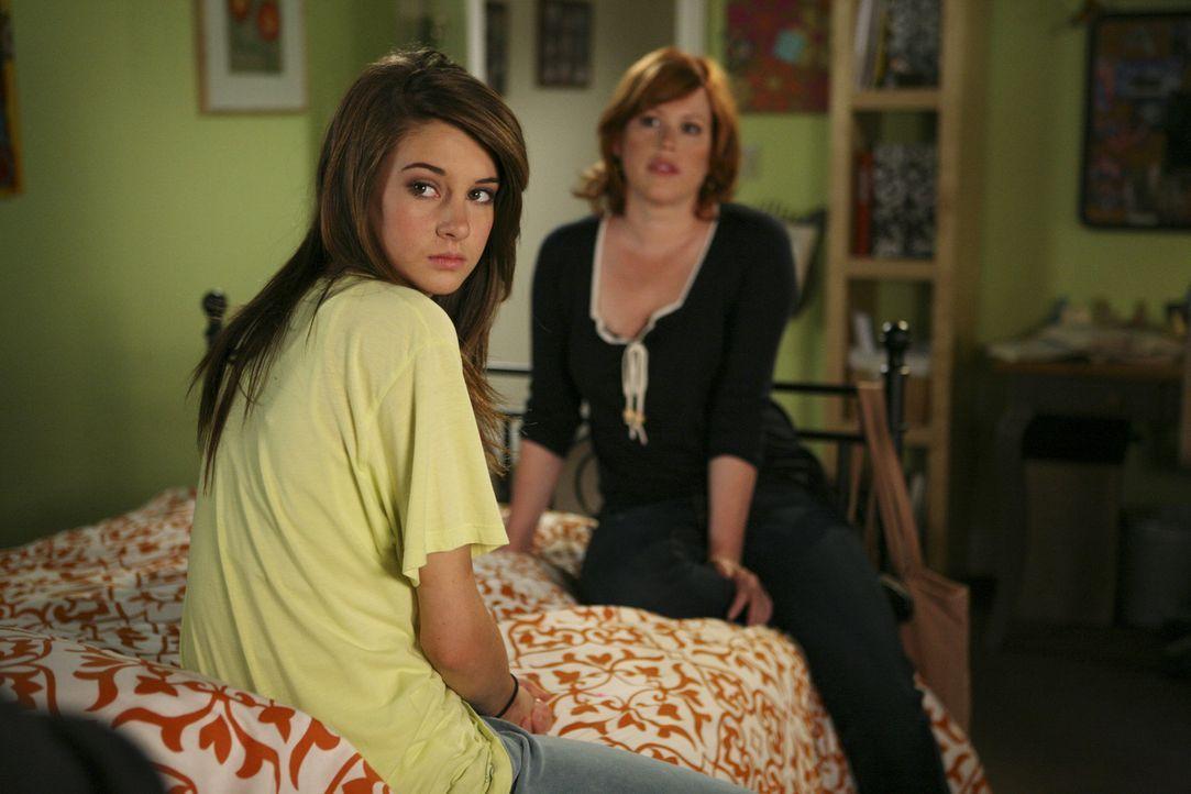 Ob den beiden eine Flucht auf den Mond weiterhilft? Wahrscheinlich müssen sich Amy (Shailene Woodley, l.) und Anne (Molly Ringwald, r.) doch eher mi... - Bildquelle: ABC Family
