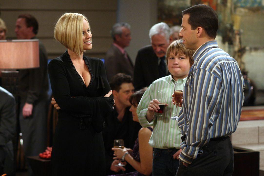 Teddy und Evelyn, die Mutter von Charlie und Alan (Jon Cryer, r.), geben ihre Verlobung bekannt. Zu diesem Anlass erscheint Courtney (Jenny McCarthy... - Bildquelle: Warner Brothers Entertainment Inc.