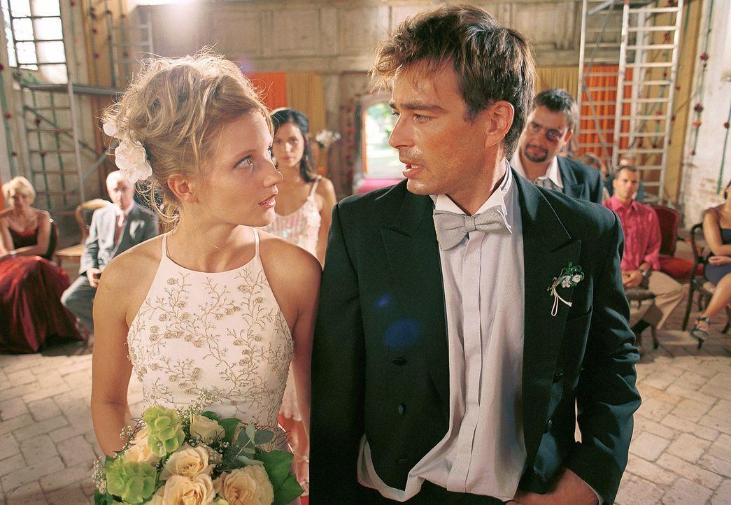 Am Hochzeitstag begeht Mark (Jan Sosniok, r.) einen Fehler, der nicht wieder gut zu machen scheint: Er lässt Lara (Doreen Jacobi, l.) vor dem Altar... - Bildquelle: Gordon Mühle ProSieben