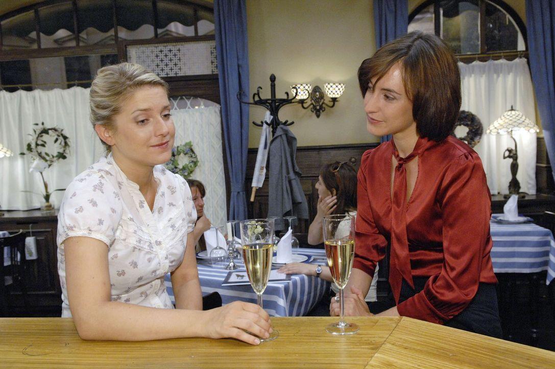 Anna (Jeanette Biedermann, l.) vertraut sich bezüglich Jonas Vanessa (Maike von Bremen, r.) an. - Bildquelle: Sat.1