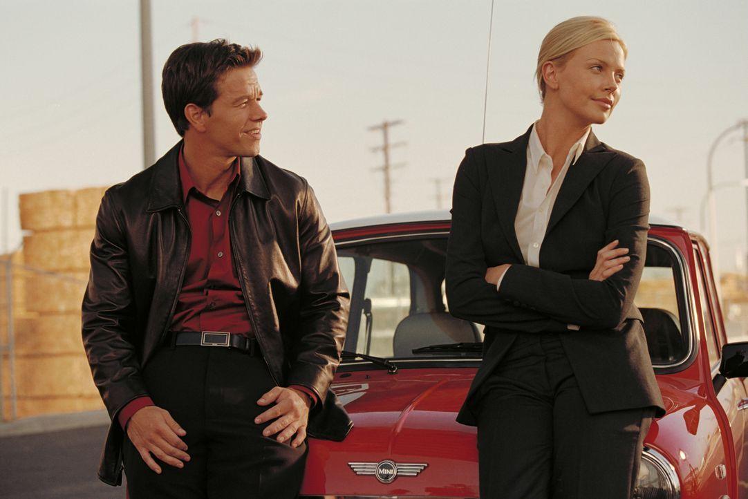 Gemeinsam mit Johns Tochter Stella (Charlize Theron, r.), die das Safeknacker-Talent ihres Vaters geerbt hat, tüftelt Charlie (Mark Wahlberg, l.) ei... - Bildquelle: TMG