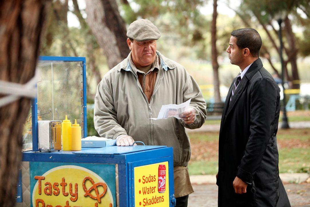 Javier Esposito (Jon Huertas, r.) bleibt nur noch wenig Zeit, den entführten Jungen zu finden. Hat Pretzel Vendor (Al Pugliese, l.) einen hilfreiche... - Bildquelle: 2010 American Broadcasting Companies, Inc. All rights reserved.