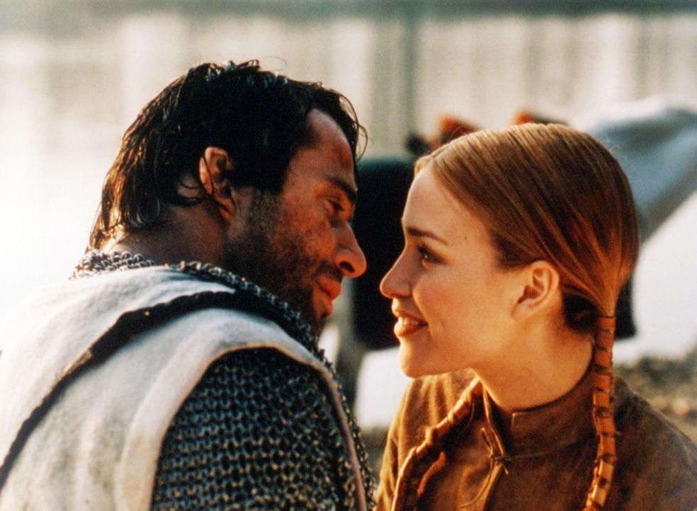 Kaum erblickt der Kreuzritter George (James Purefoy, l.) Prinzessin Lunna (Piper Perabo, r.), verliert er auch schon sein Herz an die wunderschöne M... - Bildquelle: ApolloMedia