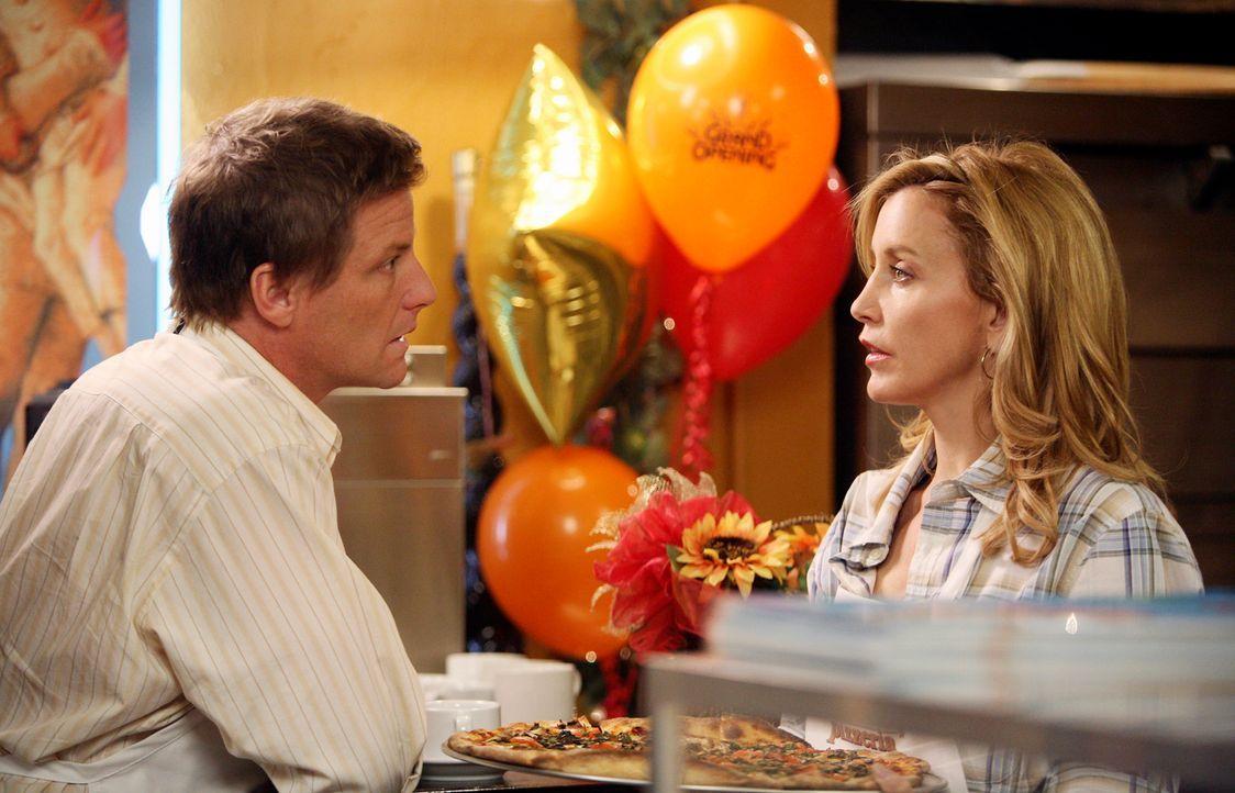 Die ersten Gäste sind da: Lynette (Felicity Huffman, r.) und Tom (Doug Savant, l.) haben alle Hände voll zu tun … - Bildquelle: 2005 Touchstone Television  All Rights Reserved