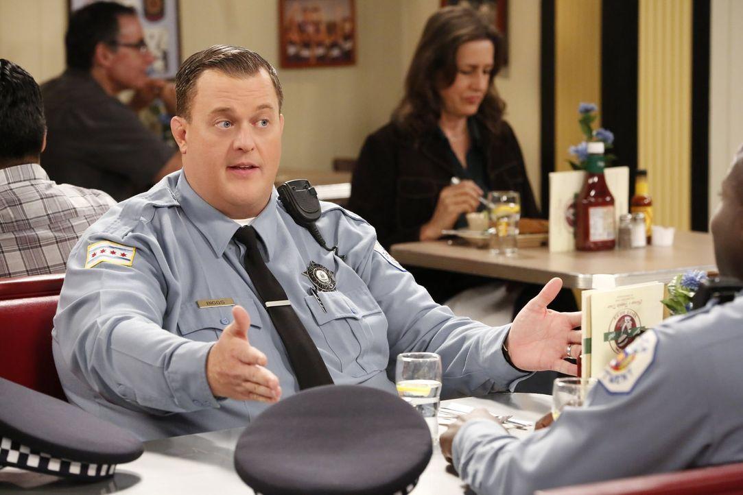 Mike (Billy Gardell) ist alles andere als begeistert, als Molly ihm einen Schrittzähler schenkt, um ihn zu mehr Aktivität zu motivieren. Denn er hat... - Bildquelle: Warner Brothers