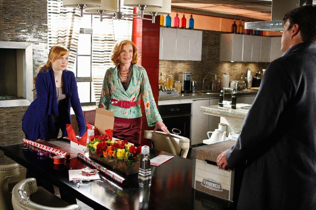Alexis (Molly C. Quinn, l.) und Martha (Susan Sullivan, r.) sind überrascht als Castle (Nathan Fillion, r.) mit den Akten eines lang zurückliegenden... - Bildquelle: ABC Studios