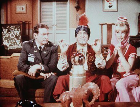 Bezaubernde Jeannie - Hadschi lässt Roger (Bill Daily, l.) und Jeannie (Barba...