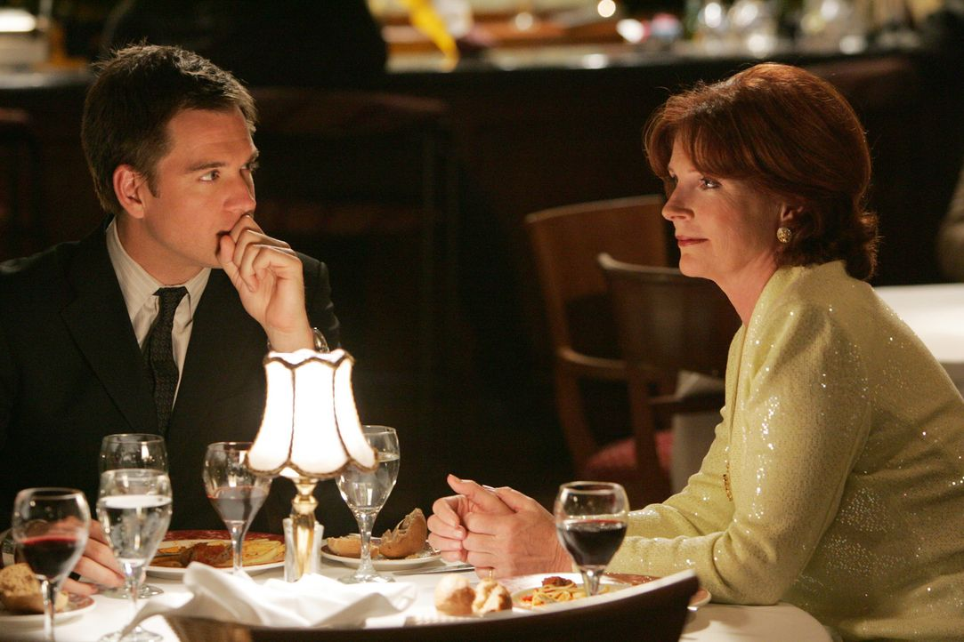 Während Shepard ein großes Risiko eingeht, lernt Tony DiNozzo (Michael Weatherly, l.) Jeanne's Mutter Dr. Helen Berkley (Sara Botsford, r.) kennen... - Bildquelle: CBS Television
