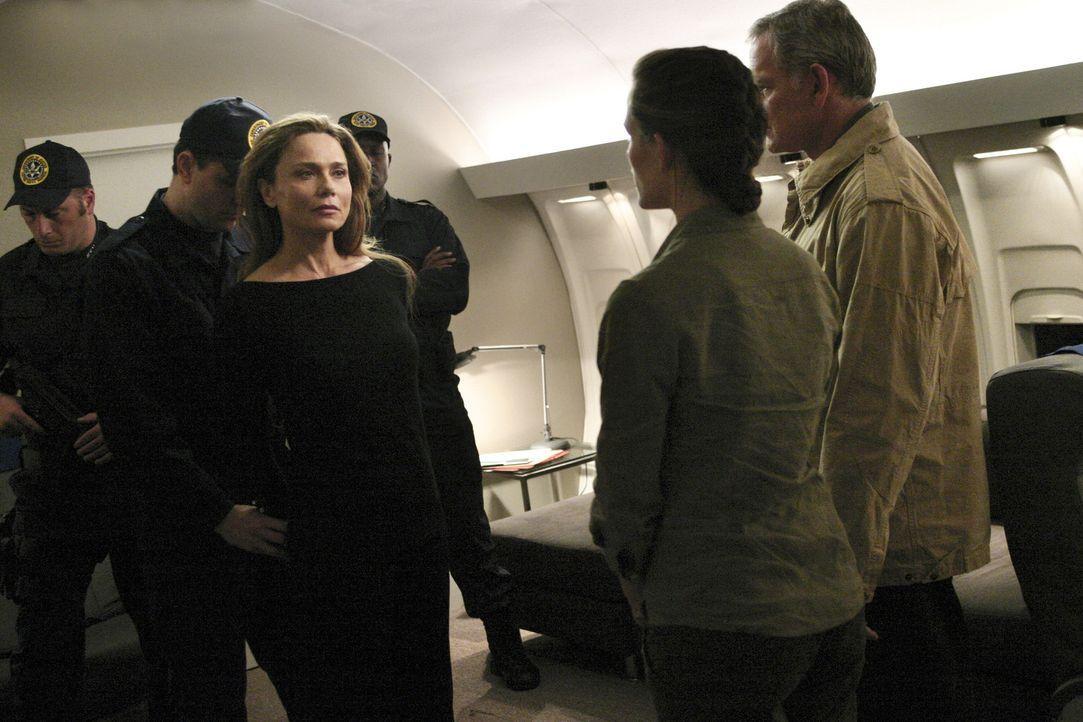 Jack (Victor Garber, r.), Sydney (Jennifer Garner, 2.v.r.) und Nadia befreien Irina (Lena Olin, 3.v.l.), die als Einzige imstande sein könnte, den... - Bildquelle: Touchstone Television