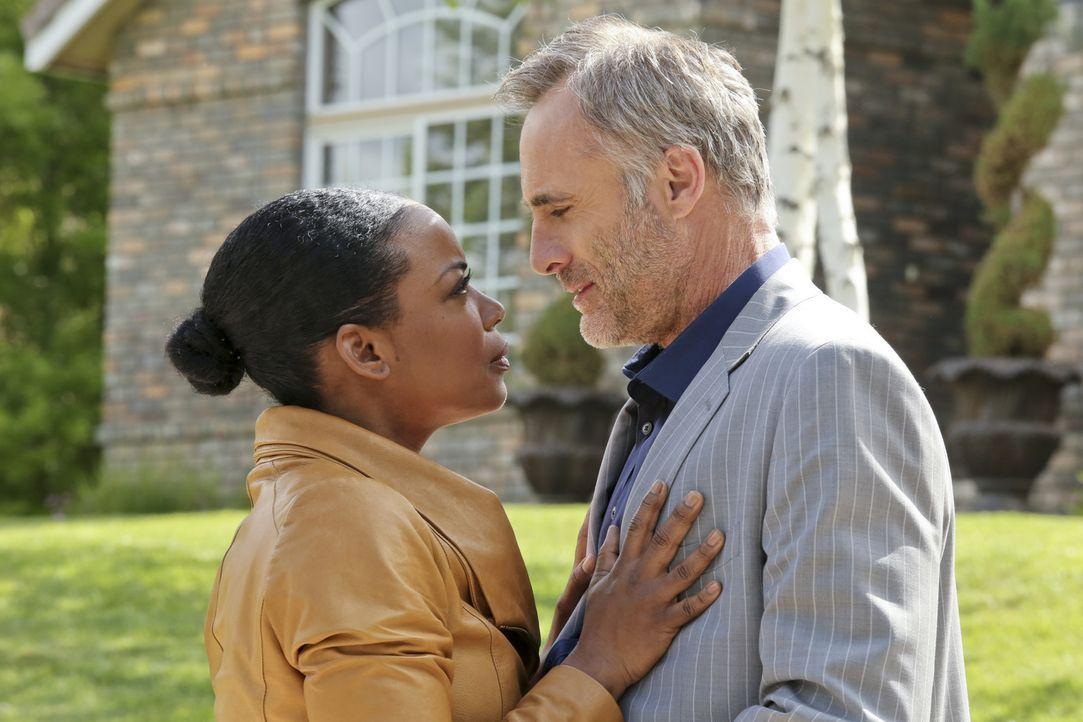 Um Isaak Sidorov (Timothy V. Murphy, r.) und seine Männer zu überführen, ermittelt Michelle (Aunjanue Ellis, l.) undercover und setzt dabei ihr Lebe... - Bildquelle: CBS Studios Inc. All Rights Reserved.