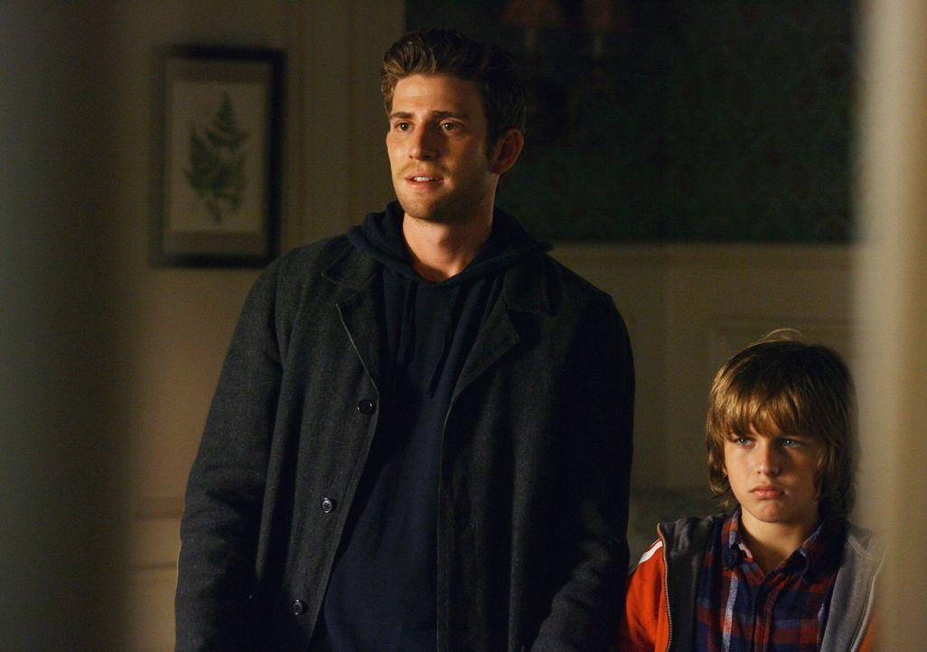 Sind nicht von Hannahs bevorstehender Hochzeit mit Ray begeisterst: Nick (Bryan Greenberg, l.) und Sam (Slade Pearce, r.)... - Bildquelle: ABC Studios