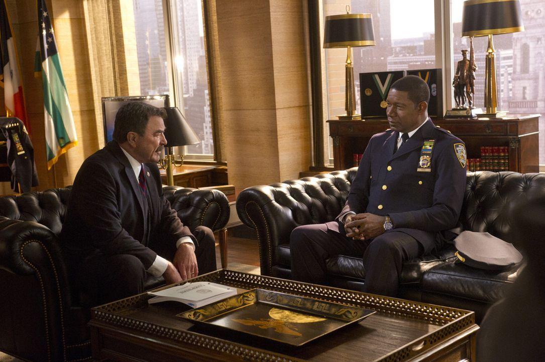 Frank (Tom Selleck, l.) ernennt den heldenhaften Officer (Dennis Haysbert, r.) zum 2-Sterne Chief. Der wird sein neues Amt jedoch nicht lange ausfüh... - Bildquelle: Jeff Neira 2014 CBS Broadcasting Inc. All Rights Reserved.