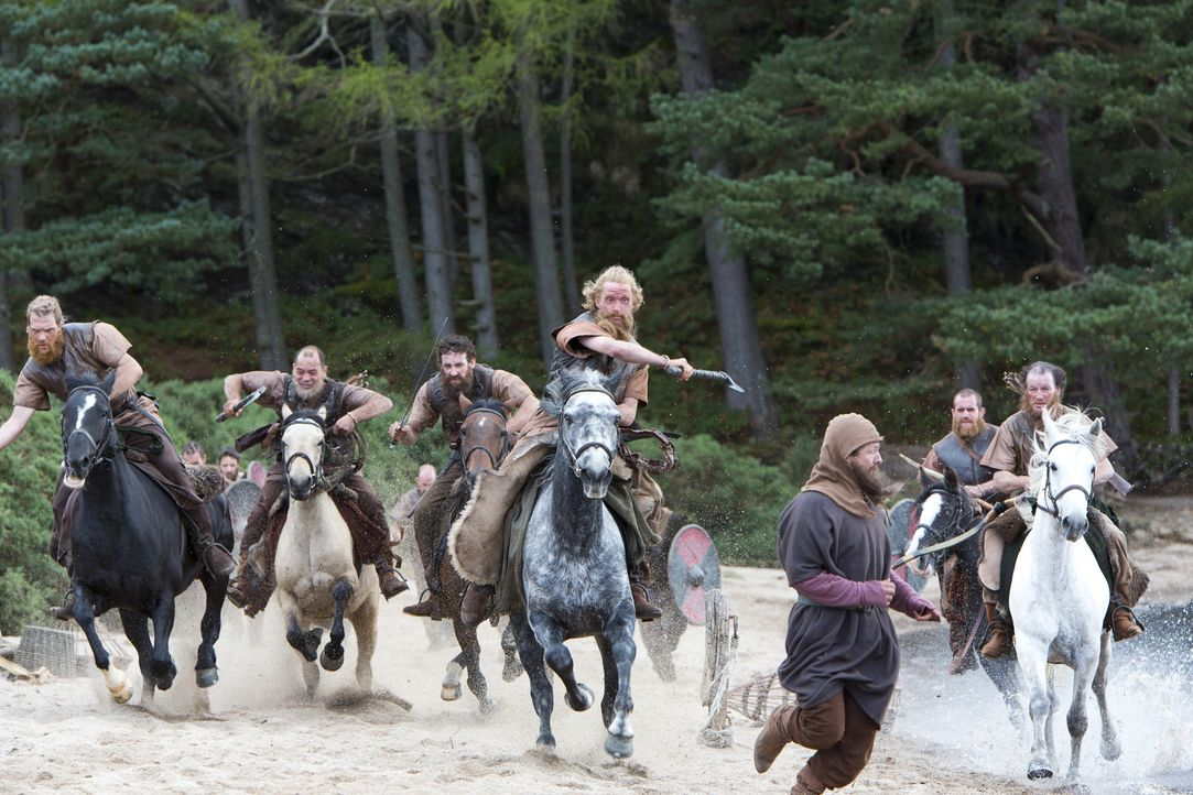 Weil der Earl Angst davor hat, dass Ragnar zu viel Macht und Einfluss gewinnen könne, schickt er seine Truppen auf dessen Hof. Dort machen seine Män... - Bildquelle: 2013 TM TELEVISION PRODUCTIONS LIMITED/T5 VIKINGS PRODUCTIONS INC. ALL RIGHTS RESERVED.