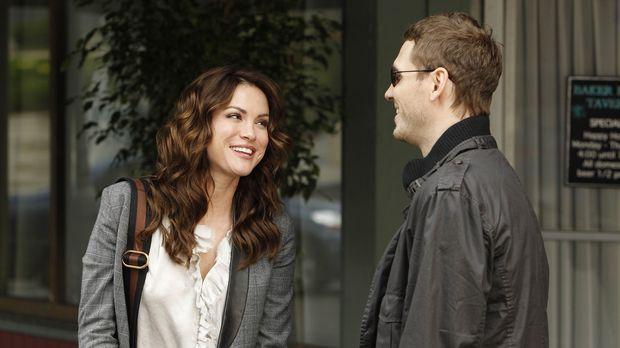 Während Ben die attraktive Kat kennenlernt und sich in sie verliebt, ist Sara...